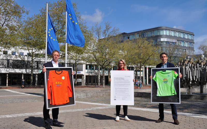 Im Rahmen der Wolfsburger Woche für Vielfalt und Toleranz hat die Stadt Wolfsburg zwei Sondertrikots vom VfL Wolfsburg bekommen.