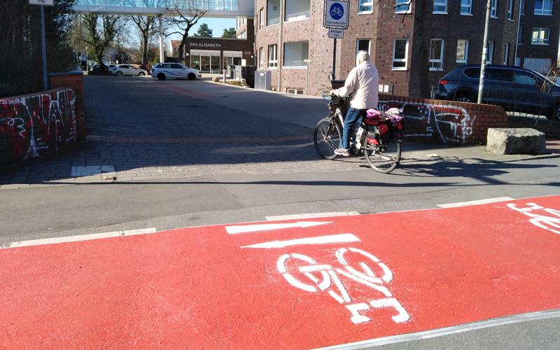 In der Innenstadt Wolfsburgs wurde heute eine weitere Fahrradstraße eröffnet und damit die insgesamt dritte im Stadtgebiet.